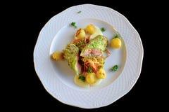 Prendedero de color salmón frito con las coles de col rizada Fotografía de archivo