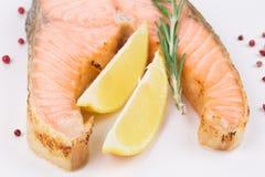 Prendedero de color salmón frito en la placa con el limón Foto de archivo