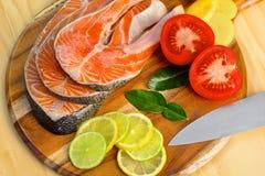 Prendedero de color salmón fresco con las verduras - comida sana Fotografía de archivo