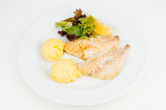 Prendedero de pescados asado con la ensalada verde Foto de archivo