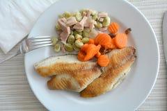 Prendedero de pescados asado a la parrilla con las sojas y el jamón en una placa blanca Fotos de archivo libres de regalías