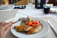 Prendedero de pescados asado a la parrilla con las sojas y el jamón en una placa blanca Fotos de archivo