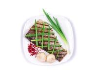 Prendedero de pescados asado a la parrilla con las verduras Imagenes de archivo