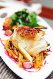 Prendedero de pescados blancos con las verduras, entonadas Fotografía de archivo libre de regalías