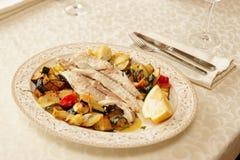 Prendedero de pescados cocido con las verduras Imagen de archivo libre de regalías