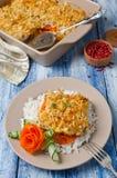Prendedero de pescados cocido con las zanahorias debajo de una corteza del pan Imagenes de archivo