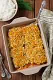 Prendedero de pescados cocido con las zanahorias debajo de una corteza del pan Fotos de archivo