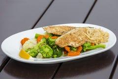 Prendedero de pescados con el bróculi, la col blanca y la zanahoria, cierre para arriba Imagen de archivo