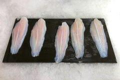 Prendedero de pescados crudos frescos en la placa para la venta Fotos de archivo