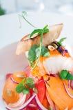 Prendedero de pescados frescos con pan tosted y verdes Foto de archivo
