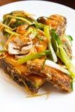 Prendedero de pescados frito con el jengibre. Imágenes de archivo libres de regalías