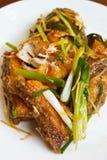 Prendedero de pescados frito con el jengibre. Fotografía de archivo libre de regalías