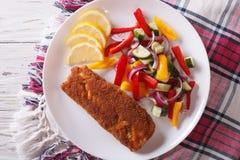 Prendedero de pescados frito con el primer de las verduras frescas top horizontal Imagen de archivo libre de regalías