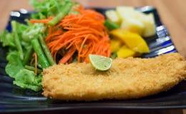 Prendedero de pescados frito con la ensalada imágenes de archivo libres de regalías