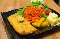Prendedero de pescados frito con la ensalada fotografía de archivo