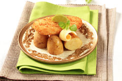Prendedero de pescados frito con las nuevas patatas Fotografía de archivo libre de regalías