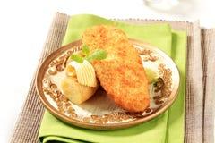 Prendedero de pescados frito con las nuevas patatas Foto de archivo