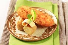 Prendedero de pescados frito con las nuevas patatas Imágenes de archivo libres de regalías