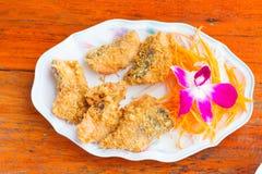 Prendedero de pescados frito con las verduras en el disco blanco Fotos de archivo libres de regalías
