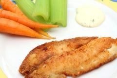 Prendedero de pescados frito con las zanahorias, el apio y la salsa tártara Foto de archivo libre de regalías
