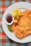 Prendedero de pescados frito en la placa blanca con las salsas y el limón Imágenes de archivo libres de regalías