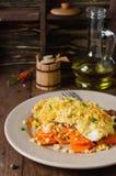 prendedero de pescados Horno-asado con las zanahorias debajo de una corteza del pan Imagen de archivo