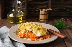 prendedero de pescados Horno-asado con las zanahorias debajo de una corteza del pan Imágenes de archivo libres de regalías