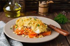 prendedero de pescados Horno-asado con las zanahorias debajo de una corteza del pan Fotografía de archivo
