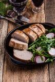 Prendedero del cerdo de carne asada con con la ensalada del arugula y del rábano Fotos de archivo