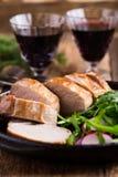 Prendedero del cerdo de carne asada con con la ensalada del arugula y del rábano Fotografía de archivo libre de regalías