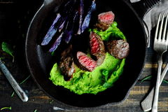 Prendedero del cordero Guisantes triturados patata púrpura cocida foto de archivo libre de regalías