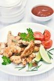 Prendedero del pollo asado cortado y verduras Imagen de archivo