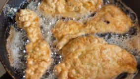 Prendedero del pollo frito en una cacerola Fotos de archivo