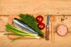 Prendedero doble de los arenques con las verduras en la tabla de madera Fotos de archivo libres de regalías