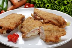 Prendedero empanado del pollo, relleno con queso de la mozzarella y el jamón Fotografía de archivo