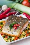 Prendedero frito de los salmones rojos de los pescados con la piel curruscante, vegano asado Fotografía de archivo