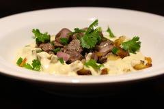 Prendedero y patata de la carne de vaca con la crema de queso Gorgonzola foto de archivo