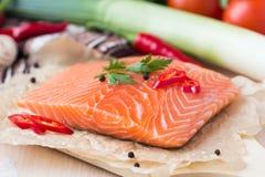 Prendederos crudos de los pescados rojos, salmones, cocinando platos de la dieta sana Imagen de archivo