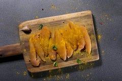 Prendederos crudos del pollo con las especias Imagen de archivo