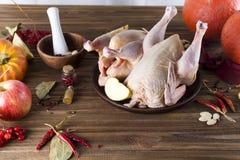 Prendederos crudos del pollo en tabla de cortar de madera, Foto de archivo