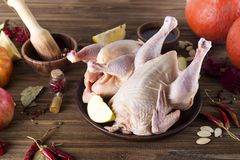 Prendederos crudos del pollo en tabla de cortar de madera, Fotos de archivo libres de regalías