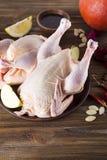 Prendederos crudos del pollo en tabla de cortar de madera, Fotografía de archivo libre de regalías