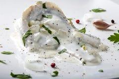 Prendederos de arenques en salsa de la mayonesa con las hierbas Foto de archivo