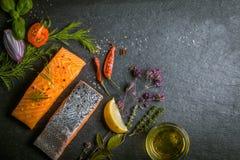 Prendederos de color salmón crudos gastrónomos frescos Foto de archivo libre de regalías