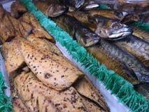 Prendederos de pescados ahumados en el mercado de Grandville, isla de Grandville, Vancouver, Columbia Británica, Canadá Fotos de archivo