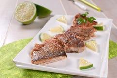 Prendederos de pescados blancos fritos curruscantes con la cal Imágenes de archivo libres de regalías