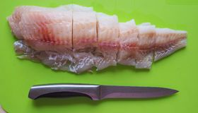Prendederos de pescados crudos listos para freír Imágenes de archivo libres de regalías