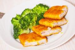 Prendederos de pescados empanados fritos con bróculi Fotografía de archivo libre de regalías