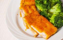 Prendederos de pescados empanados fritos con bróculi Fotos de archivo