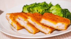 Prendederos de pescados empanados fritos con bróculi Fotos de archivo libres de regalías